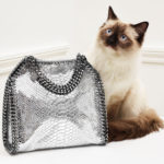 L'iconica borsa Falabella in finto serpente
