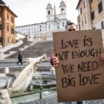 Cartello Love Is Not Enough, We Need Big Love a Roma - Piazza di Spagna