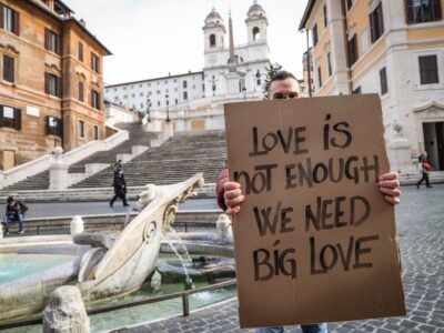 Cartello Love Is Not Enough, We Need Big Love Roma - Piazza di Spagna